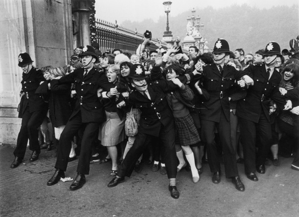 beatles-crowd-buckingham-palace-london.jpg